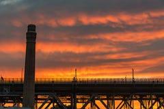 Silhouettes industrielles d'architecture contre le ciel vif sur le fond photo stock