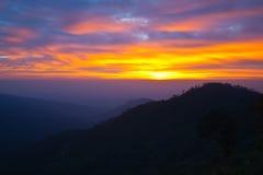 Silhouettes, lever de soleil sur la montagne, Chiang Mai, T Photographie stock libre de droits
