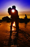 Silhouettes noires d'un couple d'amants Photos stock