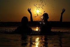 Silhouettes på solnedgång Arkivbild
