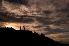 Silhouettes pendant le coucher du soleil sur les pentes du volcan de Tolbachik images stock
