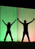 Silhouettes romantiques des couples pendant la nuit de ville Images libres de droits
