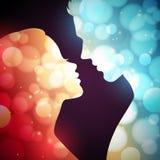 Silhouettes rougeoyantes d'un homme et d'une femme Images stock