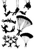 silhouettes som skydiving Fotografering för Bildbyråer