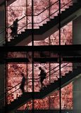 Silhouettes sur l'escalier Photographie stock libre de droits