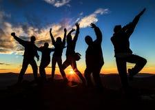 Silhouettes sur le coucher du soleil Images libres de droits