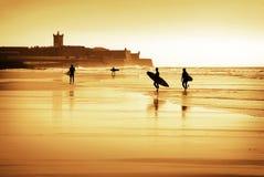 silhouettes surfarear Royaltyfri Bild