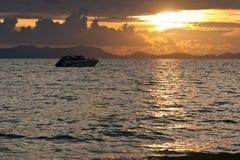 Silhouettes tropicales de coucher du soleil image libre de droits