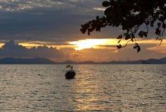 Silhouettes tropicales de coucher du soleil photo stock