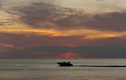 Silhouettes tropicales de coucher du soleil photos stock