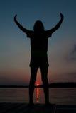 Silhouettesolnedgången poserar Royaltyfria Bilder