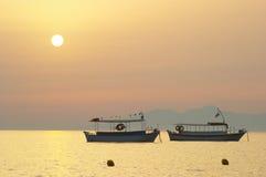 silhouettesoluppgång för 2 fartyg Arkivfoto