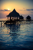 Silhouettez l'axe au-dessus de l'eau pour le repos au coucher du soleil , Photo libre de droits
