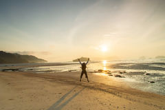 Silhouettez l'homme et le coucher du soleil les vacances de vacances de plage avec e Images stock