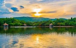 silhouettez l'image de tir de la montagne et du ciel de coucher du soleil à l'arrière-plan Photo stock