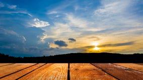 silhouettez l'image de tir de la montagne et du ciel de coucher du soleil à l'arrière-plan Image libre de droits