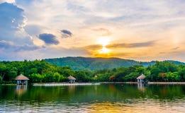 silhouettez l'image de tir de la montagne et du ciel de coucher du soleil à l'arrière-plan Photographie stock libre de droits