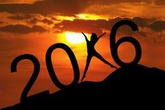 Silhouettez la femme formant les numéros 2016 sur la colline Photographie stock