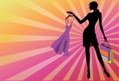 Silhouettez la fille de mode avec une robe dans les mains Photo libre de droits