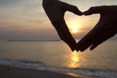 Main de silhouette au coeur Image libre de droits