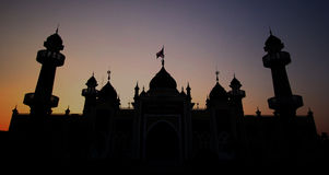 Silhouettez la mosquée centrale provinciale publique de Pattani au-dessus du coucher du soleil Photo libre de droits