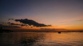 Silhouettez la navigation de bateau en mer avec le ciel de coucher du soleil, laps de temps banque de vidéos