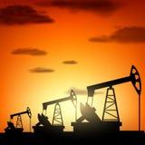 Silhouettez la pompe de pétrole Photographie stock