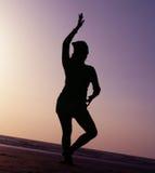 Silhouettez la pose de danse photographie stock libre de droits