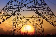 Silhouettez la scène de coucher du soleil du structur électrique à haute tension de poteau Photo libre de droits