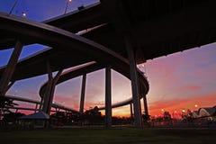 Silhouettez la scène du pont de Bhumibol avec le ciel crépusculaire Image stock