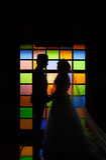 Silhouettez la scène romantique des couples d'amour sur le mur coloré Photo stock