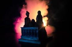 Silhouettez la scène romantique des couples musulmans d'amour sur le fond modifié la tonalité nuageux foncé Photographie stock
