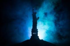 Silhouettez la statue de la liberté sur le fond brumeux modifié la tonalité foncé Statue de la liberté sur le fond du ciel coloré photo libre de droits