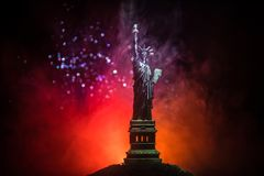 Silhouettez la statue de la liberté sur le fond brumeux modifié la tonalité foncé Statue de la liberté sur le fond du ciel coloré photos libres de droits