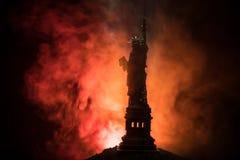 Silhouettez la statue de la liberté sur le fond brumeux modifié la tonalité foncé Statue de la liberté sur le fond du ciel coloré images stock