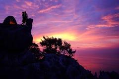 Silhouettez le concept de fond de Valentine, le camping de couples et les baisers sur une montagne Photo libre de droits