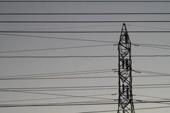 Silhouettez le courrier à haute tension électrique avec le fond de ciel - silh Image libre de droits