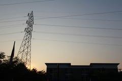 Silhouettez le courrier à haute tension électrique avec le fond de ciel - silh Photo stock