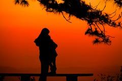 Silhouettez le fond naturel de mère et d'amants d'enfant à la plage et à la montagne Photos stock