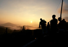 Silhouettez le groupe de personnes attendant et appréciez le moment de lever de soleil photo libre de droits