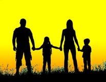 silhouettez le père, la mère et les enfants tenant des mains au coucher du soleil Photos stock