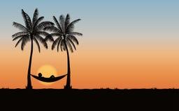 Silhouettez le palmier avec l'hamac sur la plage sous le fond de ciel de coucher du soleil Photo libre de droits