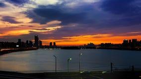 Silhouettez le paysage urbain chez le fleuve Han et le beau coucher du soleil à Séoul, Corée du Sud photographie stock
