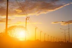 Silhouettez le poteau de l'électricité et le fond de papier peint de ciel de coucher du soleil photos libres de droits