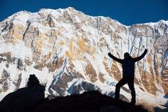 Silhouettez le randonneur sur la roche et le fond 8,091m d'Annapurna I d'Annapurna Basecamp, Népal photo libre de droits