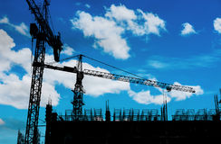 Silhouettez le site en construction de construction avec le ciel bleu et les nuages blancs Photographie stock libre de droits
