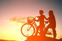 Silhouettez les activités romantiques avec amour d'un homme de couples et d'un W Photographie stock libre de droits