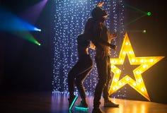Silhouettez les couples du jeune homme affectueux et la danse et le havi de femme Images stock