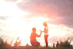 Silhouettez les couples romantiques dans l'amour et le coucher du soleil heureux de temps et le x28 ; F doux Photographie stock