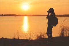 Silhouettez les femmes asiatiques heureuses à l'arrière-plan de parc et de forêt Images libres de droits